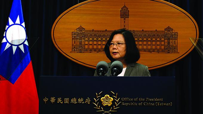 台北の総統府で会見する蔡英文総統=6月13日 (AFP=時事)