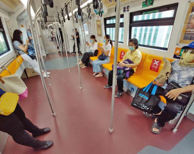 通常であれば満員電車も珍しくないBTSだがコロナの影響で空席が目立つ