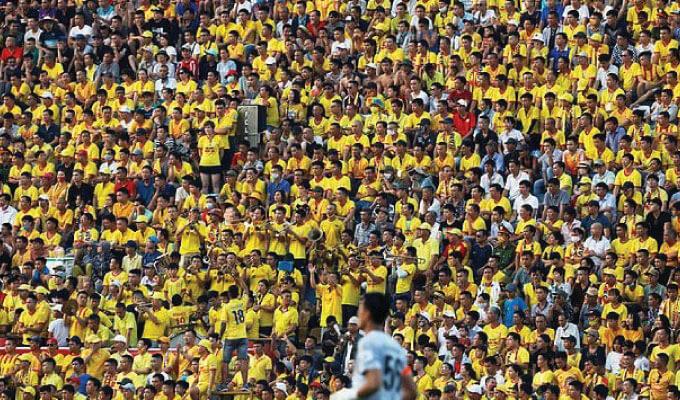 通常の市民生活が戻り、サッカーの試合には大勢のファンが