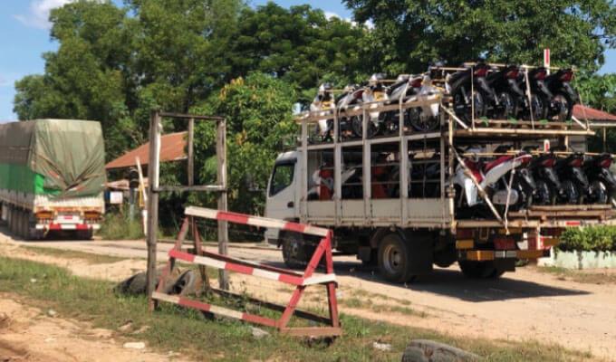 ミャワディ近郊でタイから陸上輸送される二輪車