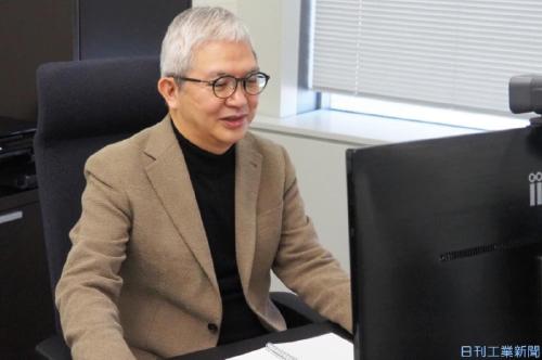 オンライン会議をするテルモの佐藤社長