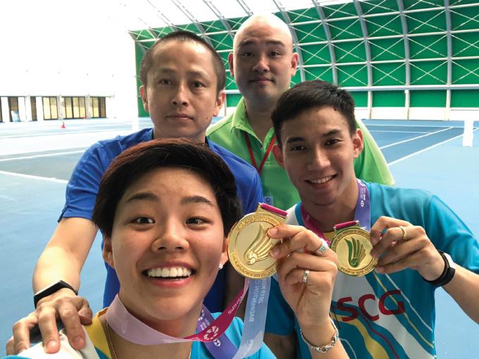 東京オリンピックのタイ代表、サプシリー・タエラッタナチャイ(前列左)とデチャポル・プアヴァラヌクロー(同右)のペア。堀川氏は後列左。画像=本人提供